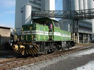 A távvezérlős vonókészülékkel felszerelt rádió távirányítású német tolatómozdony a Flandersbach rendező pályaudvaron
